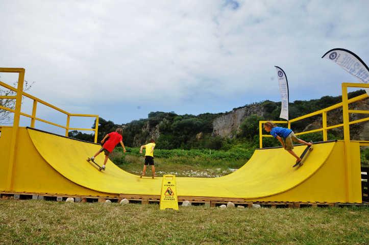 Hemos construido una rampa de skate para que disfrutes también de este deporte